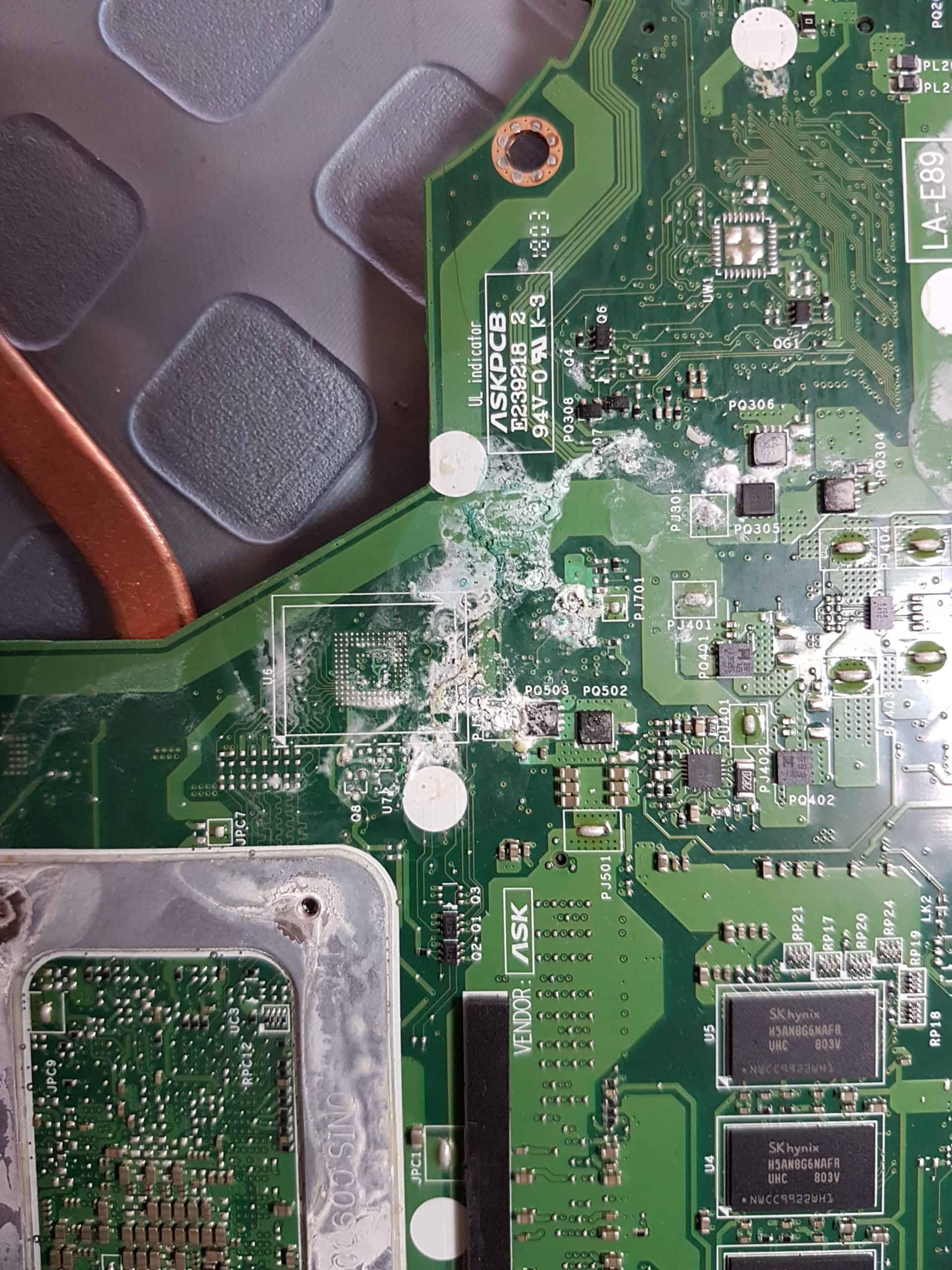 Motherboard en cortocircuito por derrame de líquido y lista para recibir un lavado para quitar impurezas