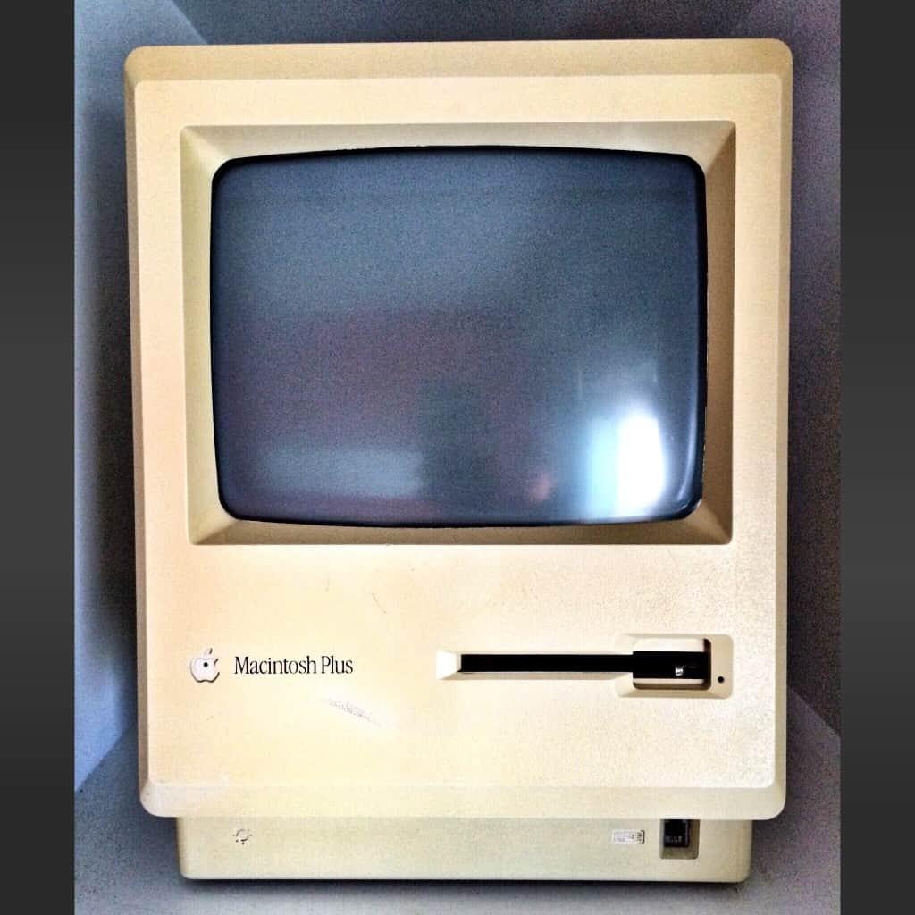Hewlett Packard Co y Apple Computer inician lo que conoceríamos como Sistemas operativos